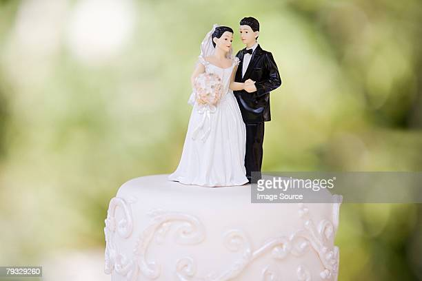 bride and groom figurines - trouwen stockfoto's en -beelden