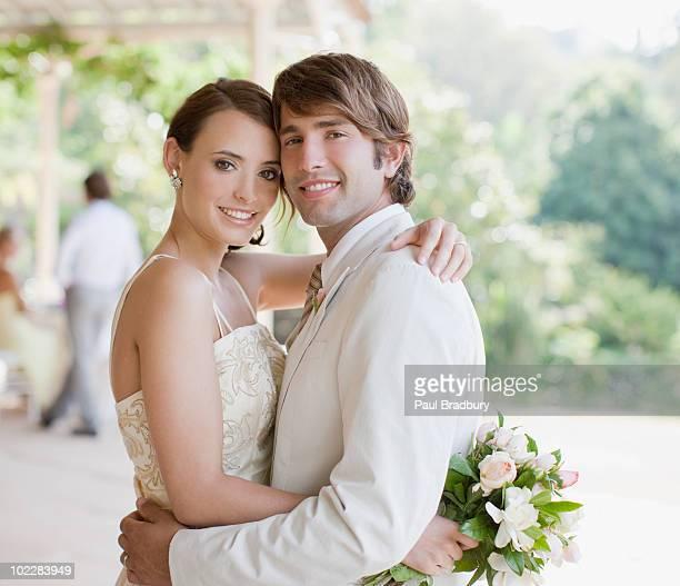 brautpaar umarmen - hochzeit fotos stock-fotos und bilder