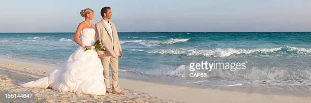 Le marié et la mariée sur la plage dans les Caraïbes