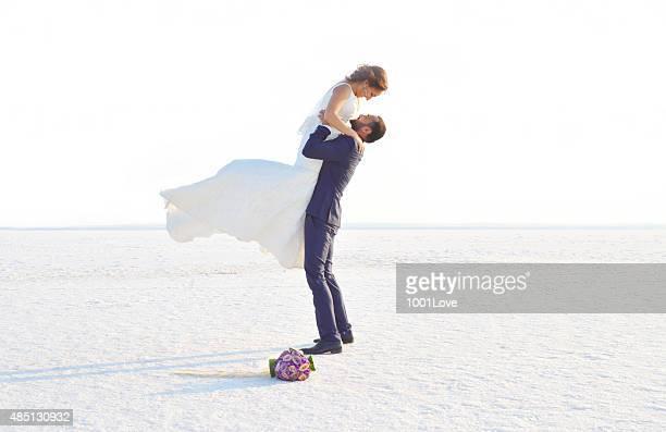 Mariée et le marié sur la neige