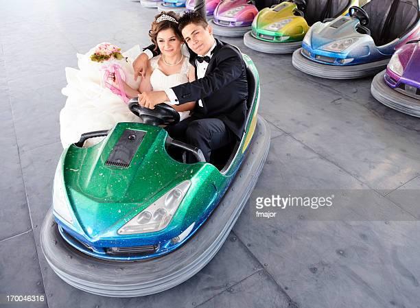 le marié et la mariée - à côté de photos et images de collection