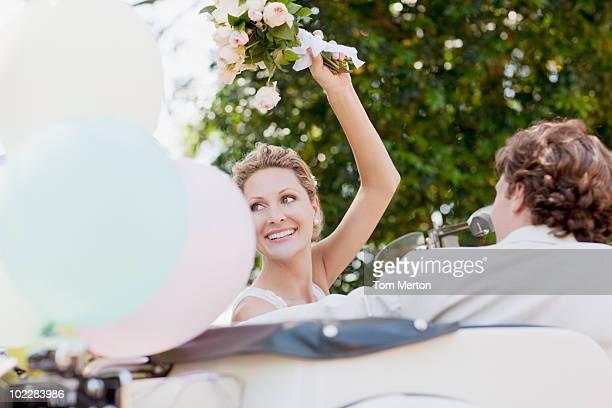 Brautpaar Reiten in Cabrio