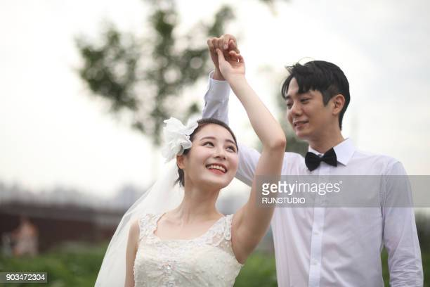 bride and groom slow dancing together outside - 韓国 ストックフォトと画像