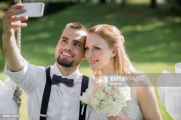 花嫁と花婿の selfie 写真を撮る