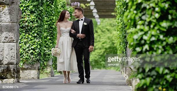Braut und Bräutigam gehen zusammen