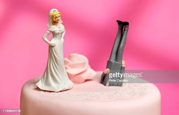bride dumping groom; relationship breakdown - casados fotografías e imágenes de stock
