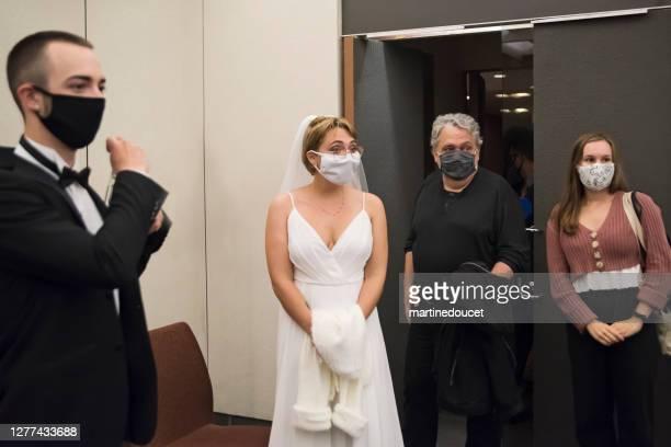 """noiva, noivo e convidados com máscaras faciais para o casamento durante covid. - """"martine doucet"""" or martinedoucet - fotografias e filmes do acervo"""