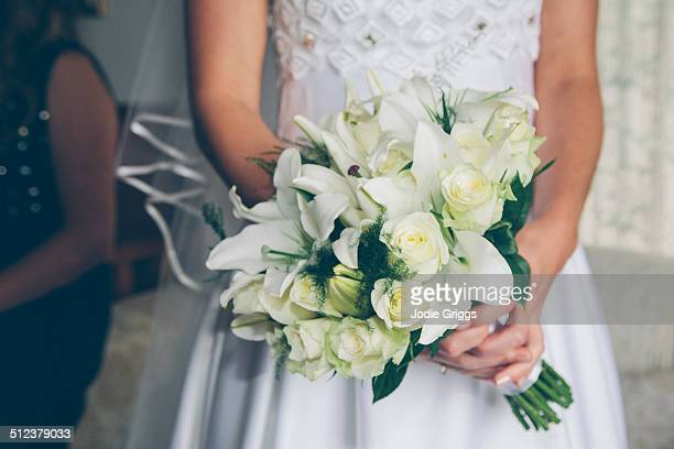 bride holding bouquet of white flowers - bouquet foto e immagini stock
