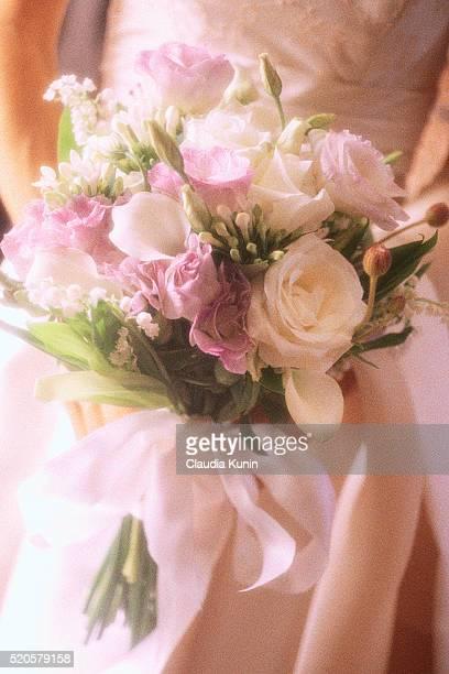 bride holding bouquet - bouquet de muguet fotografías e imágenes de stock