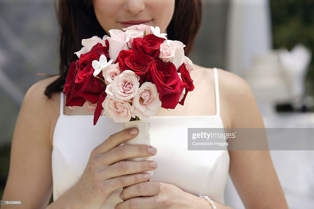 Bride holding bouquet : Stockfoto