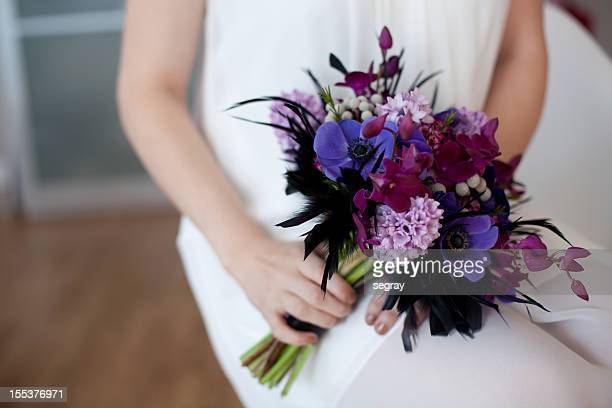 Sposa con bouquet viola brillante