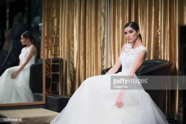 ソファで休んで美しいドレスの花嫁