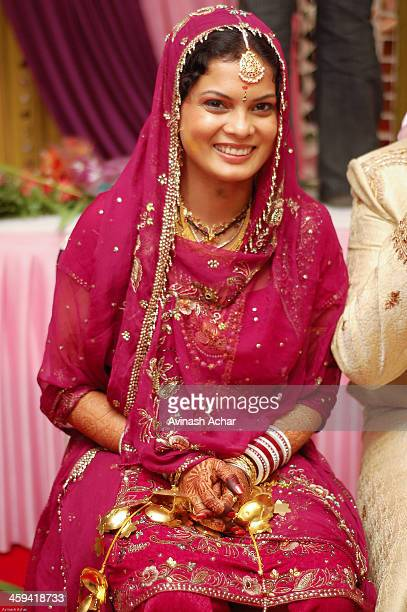 bride in north indian attire - dupatta stock pictures, royalty-free photos & images