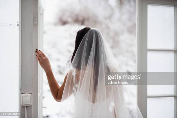 bride looking away - trouwen stockfoto's en -beelden