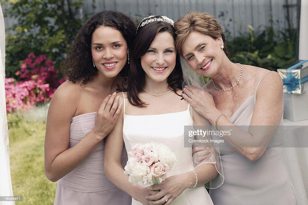 Bride , mother , and bridesmaid : Stockfoto