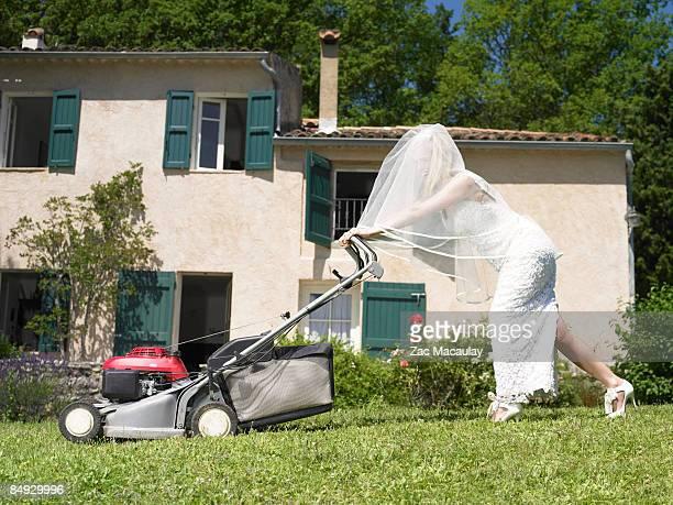 bride mowing lawn - jardinier humour photos et images de collection