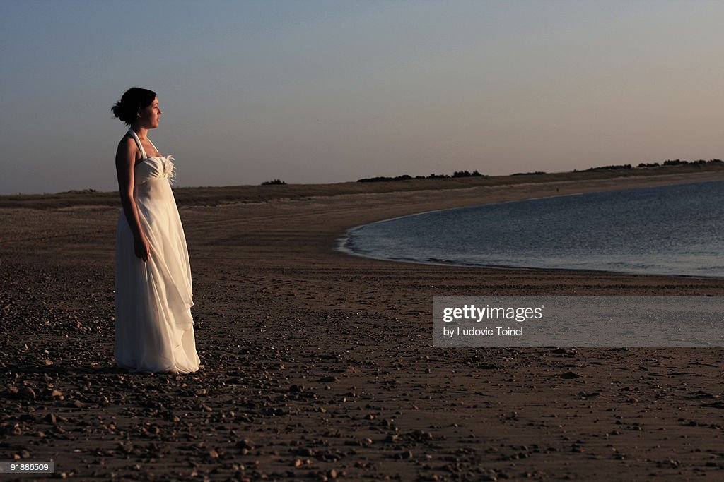 A bride on the beach : Photo