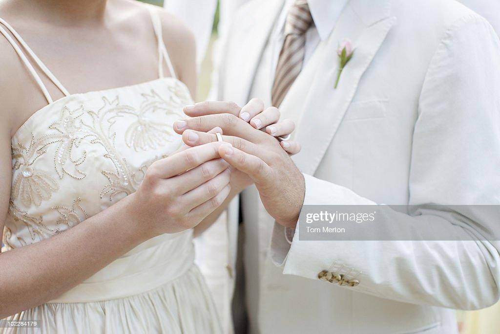 花嫁花婿の指でパッティングリング : ストックフォト