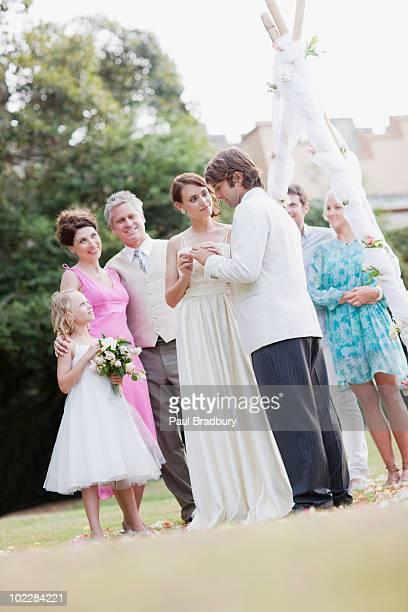 Marié porte la mariée mettre sur le doigt