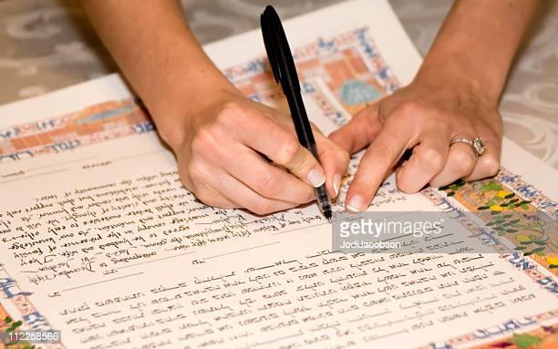 Sposa firma il Certificato marraige katuba ebraico