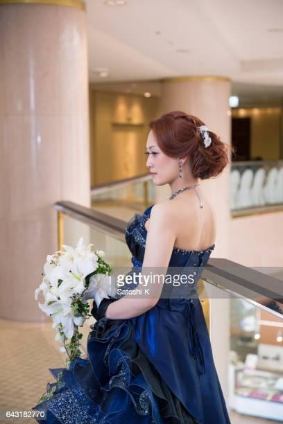 ホテルに立っている花嫁