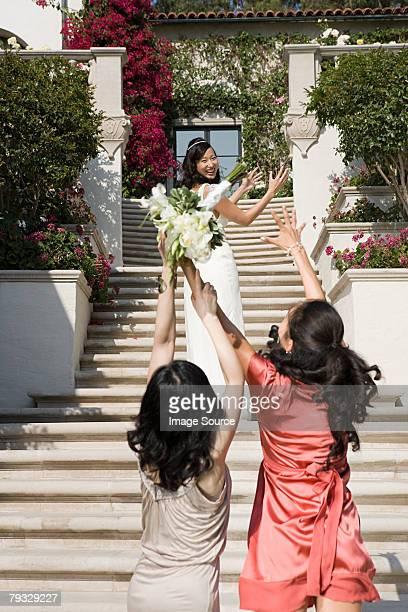 arremesso buquê da noiva - pegar - fotografias e filmes do acervo