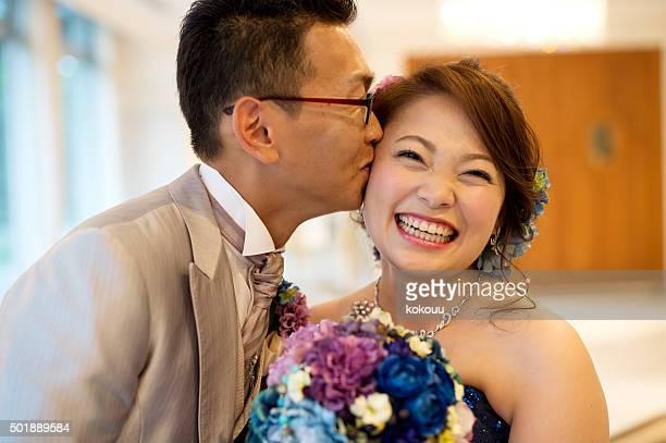 花嫁と花婿のキスをする