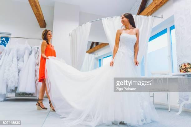 Novia a elegir su vestido de boda perfecto