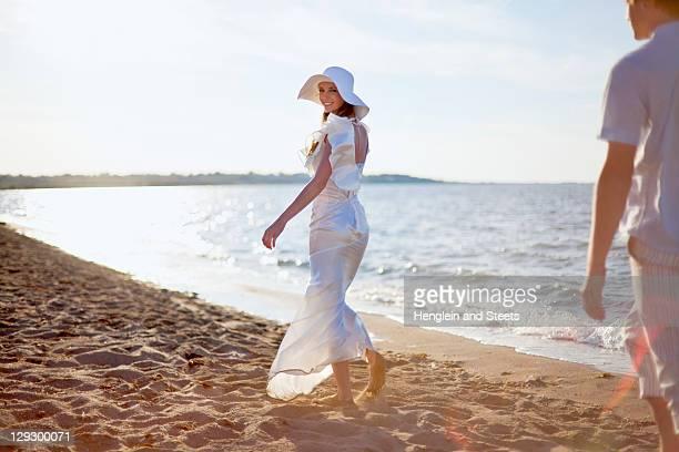 Sposa cammina sulla spiaggia