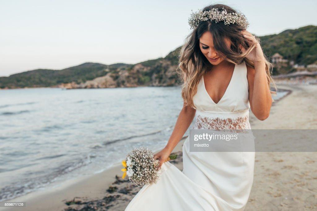 Bride walking on the beach : Foto stock