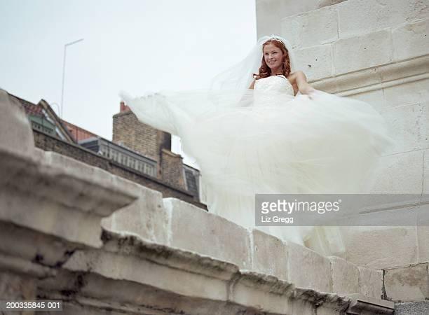 壁の上の花嫁を歩いて笑顔のネットスカート