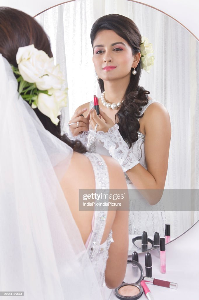 Bride wearing make up : Stock Photo