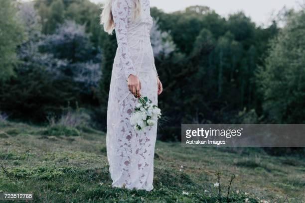 bride with bouquet - manches longues photos et images de collection