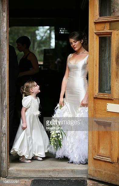 花嫁とフラワーガール笑顔と立つドアフレーム
