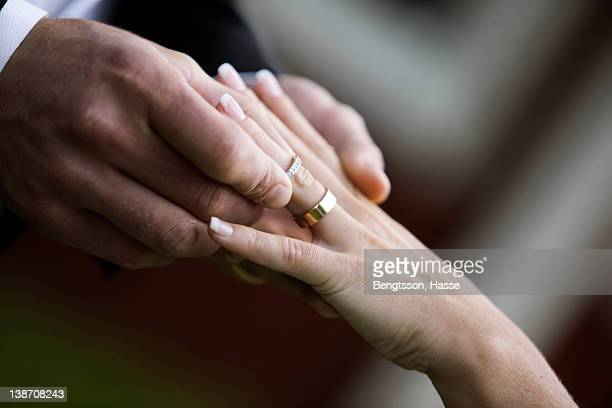 bridegroom and bride putting on rings - wedding vows stock pictures, royalty-free photos & images