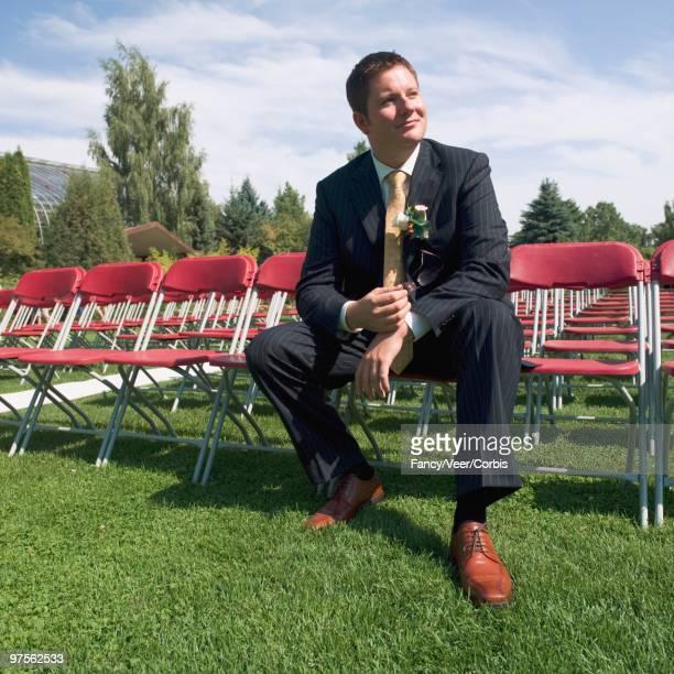 bridegroom before wedding - cadeira dobrável - fotografias e filmes do acervo