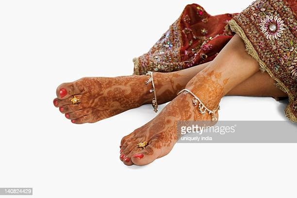 bride's feet with henna decoration and anklets - indian female feet stock pictures, royalty-free photos & images