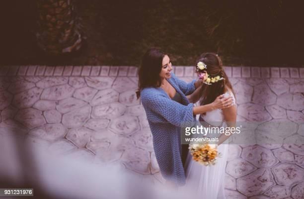 dama de honra, abraçar e felicitar a noiva no dia do casamento - convidado de casamento - fotografias e filmes do acervo