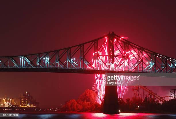 橋と花火 - ジャック カルティエ ストックフォトと画像