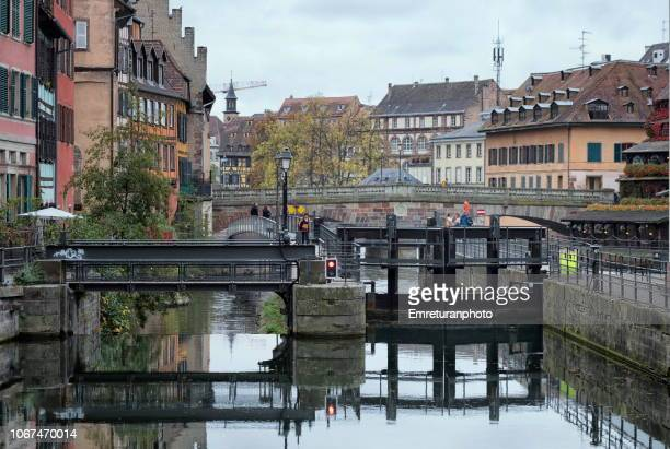 bridge and levelling pool at the canal at petite france quarter,strasbourg. - emreturanphoto stock pictures, royalty-free photos & images