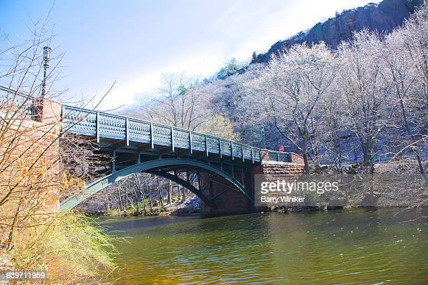 bridge and snow-topped trees, new haven - ニューヘイブン ストックフォトと画像