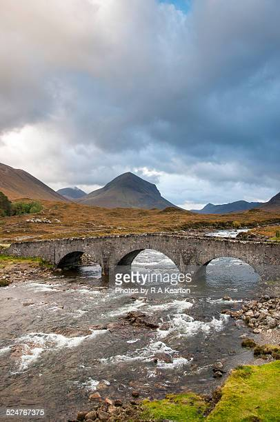 bridge at sligachan, isle of skye, scotland - glen sligachan photos et images de collection
