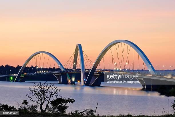 jk bridge, brasilia - brasilia photos et images de collection
