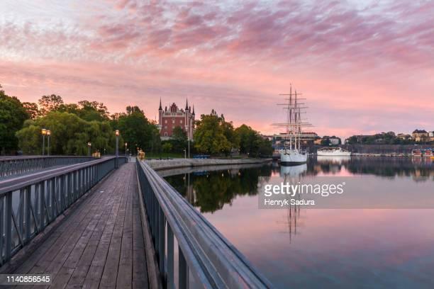 bridge by admiralty house at sunset in stockholm, sweden - stockholm stock-fotos und bilder