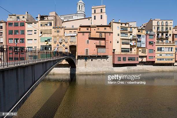 Bridge, Cathedral and brightly painted houses on the bank of the Riu Onyar, old town, Girona, Catalonia, Spain