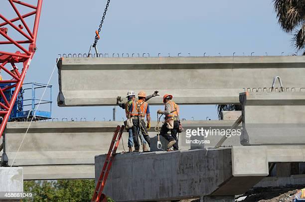 ponte de construção de concreto feixe ambiente de equipe. - viga i - fotografias e filmes do acervo
