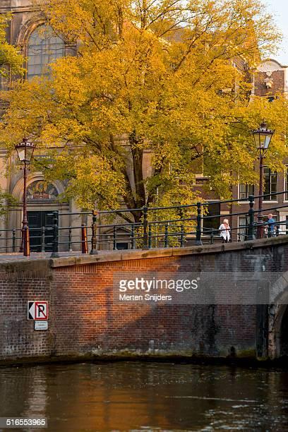 bridge crossing reguliersgracht to prinsengracht - merten snijders - fotografias e filmes do acervo