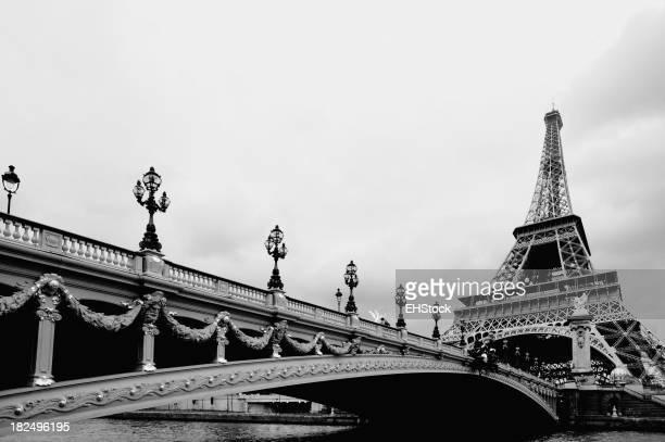 Pont traversant la Seine, la Tour Eiffel à Paris, France