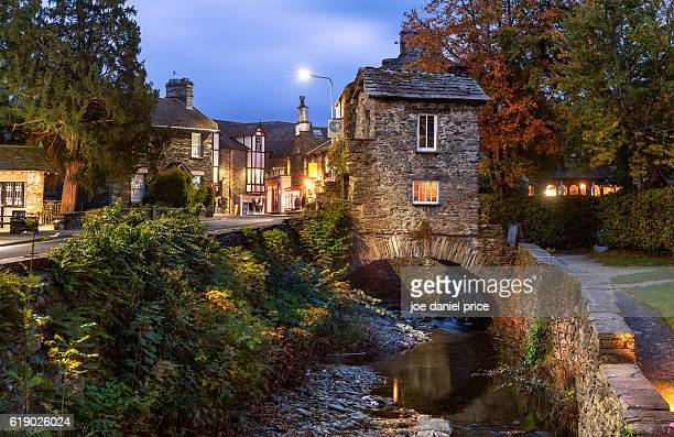 bridge house, ambleside, lake district, cumbria, england - lake district stockfoto's en -beelden