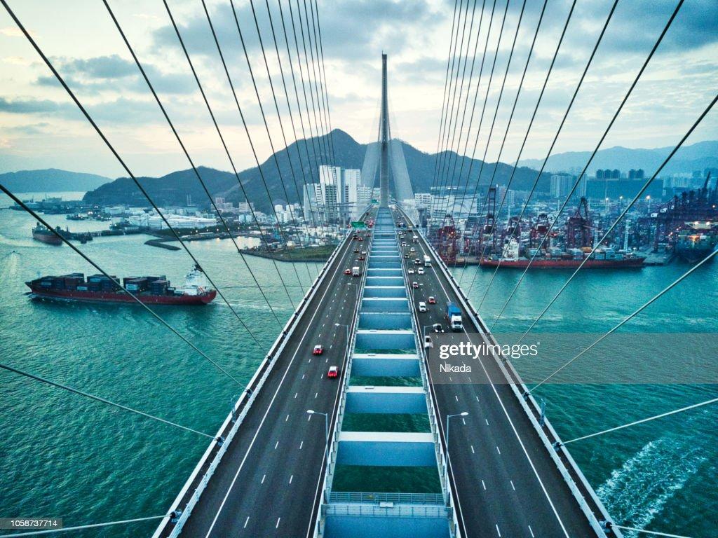 Brug in Hong Kong en containervracht vrachtschip : Stockfoto